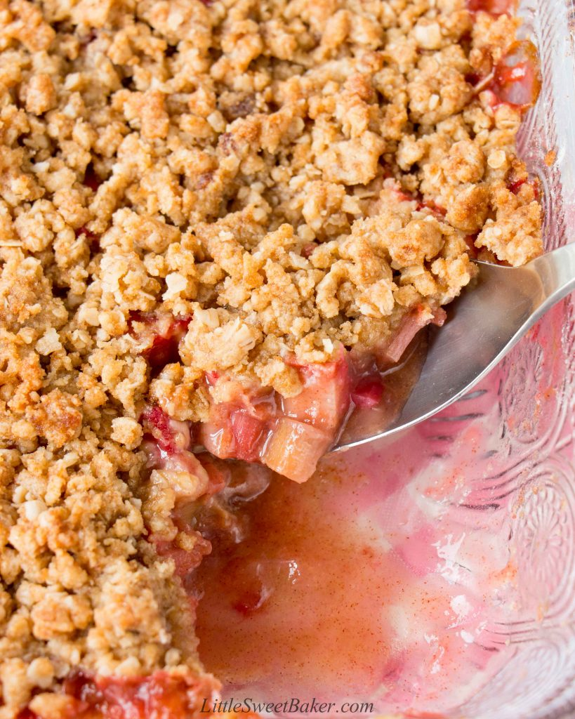 A sweet and tangy rhubarb filling topped with a crunchy brown sugar and oat streusel. #rhubarbcrisp #easyrhubarbcrisp #bestrhubarbcrisp