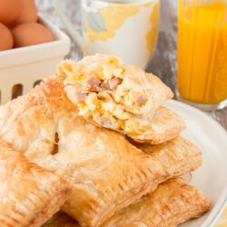 Make breakfast a breeze with these easy-to-prepare breakfast hand pies filled with tasty eggs, ham and cheese, all wrapped up in a flaky puff pastry shell. #breakfasthandpies #makeaheadbreakfastrecipe #sponsored #savoryhandpies